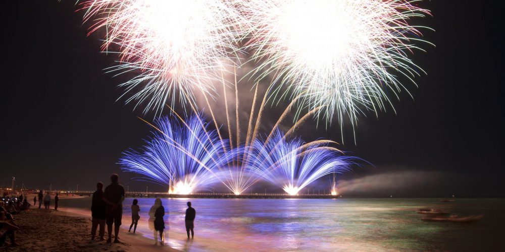 https://i2.wp.com/marbellaacademy.com/wp-content/uploads/fireworks-by-the-sea-PC9UES5-scaled.jpg?fit=2560%2C1707&ssl=1